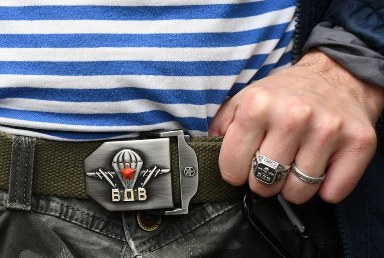 Десантник демонстрирует символику ВДВ на пряжке ремня во время празднования Дня Воздушно-десантных войск в парке Горького в Москве.