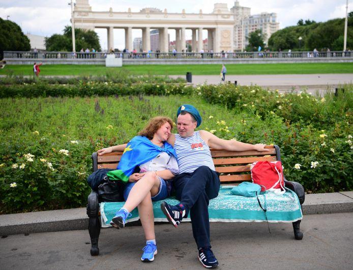 Десантник с девушкой на праздновании Дня Воздушно-десантных войск в парке Горького в Москве.