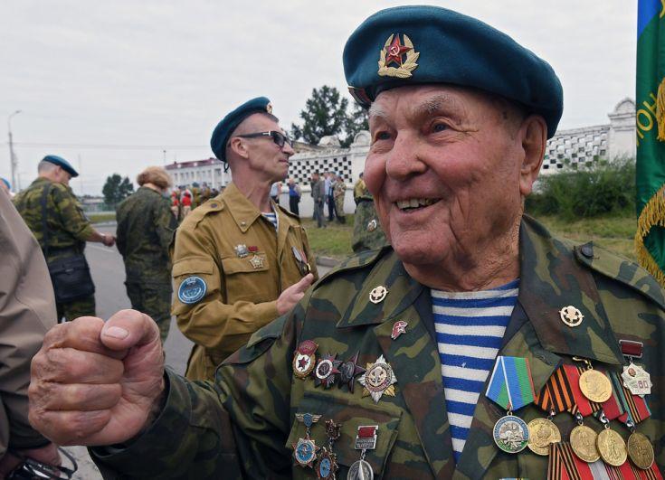 Ветеран Великой Отечественной войны Георгий Ивкин на праздновании Дня Воздушно-десантных войск на Поклонной горе в Красноярске.
