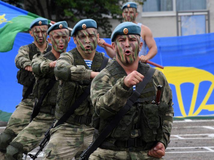 Показательные выступления десантников 83-й отдельной гвардейской десантно-штурмовой бригады ВДВ РФ на праздничных мероприятиях в честь Дня ВДВ в Приморском крае.
