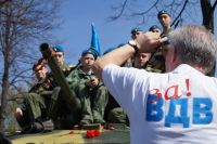 90-летие ВДВ в Оренбурге отметили скромным шествием по ул. Советской.