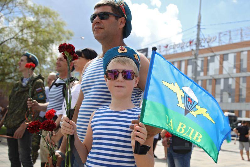 Десантники на праздновании Дня Воздушно-десантных войск возле Вечного огня в Краснодаре.