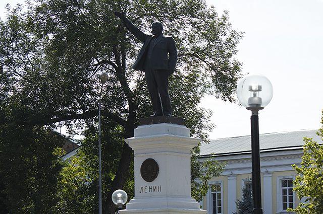 Оренбуржцы просят губернатора вернуть бронзовый памятник Ленину в сквер.
