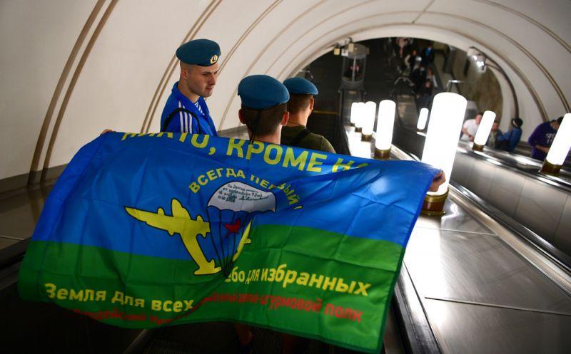 Десантники во время празднования Дня Воздушно-десантных войск на эскалаторе одной из станций Московского метрополитена.