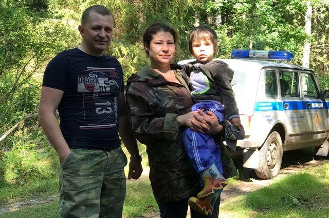 Участковый уполномоченный полиции Павел Заботин передал обнаруженного в лесу ребенка его маме