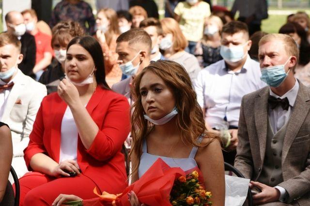 10 783 кузбасских одиннадцатиклассников попрощались со школами.