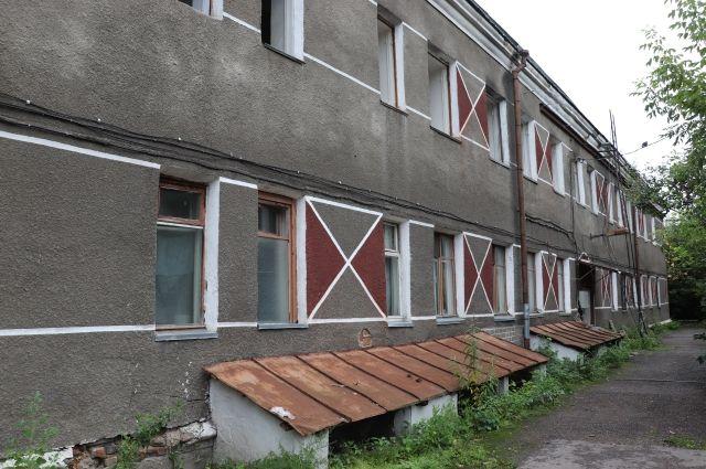 Новый владелец здания снял с крыши шифер, и в комнаты хлынула вода.