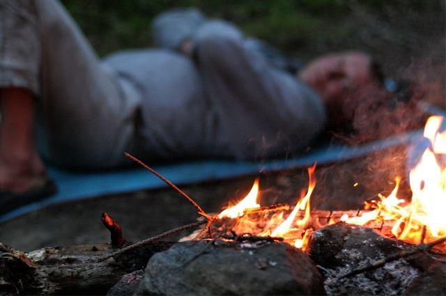 Многие горожане просто не понимают элементарных вещей. Например, что любой огонь в сосняке недопустим. От одной искры – даже от сигареты, лес может вспыхнуть, как спичка.