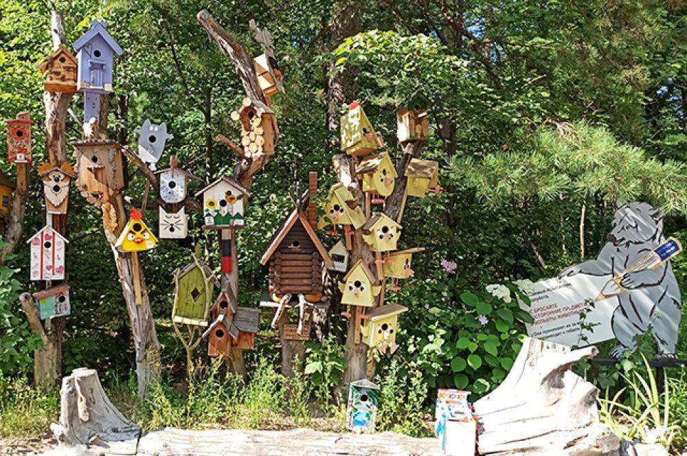 """Территория зоопарка богата не только видами животных, но и уникальными вещами. Так, работы участников конкурса """"Дворец для скворца"""" стали не только украшением зоопарка, но и домом для многих птиц."""