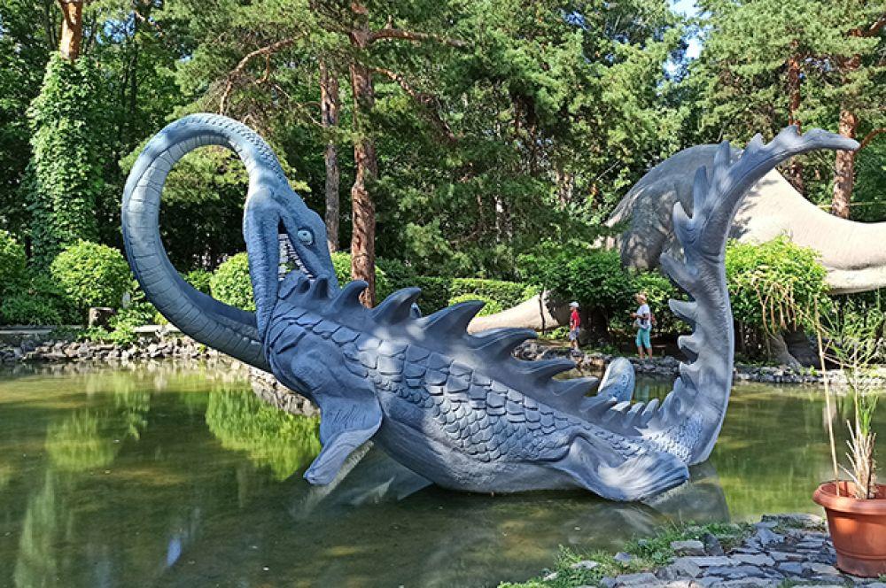"""И, конечно, популярностью пользуются и динозавры Новосибирского зоопарка. Эта большая и реалистичная """"фотозона"""" привлекает как новосибирцев, так и гостей города. А побывав в Новосибирском зоопарке однажды, возвращаться туда хочется вновь и вновь!"""