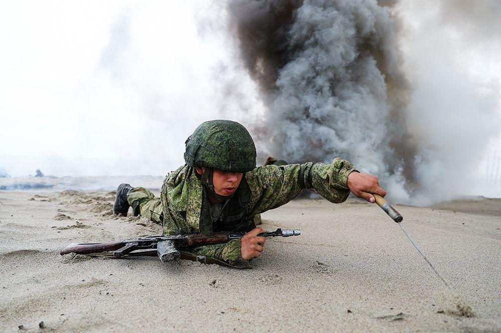 Морской пехотинец Балтийского флота на учениях по высадке десанта с моря на необорудованное побережье условного противника.