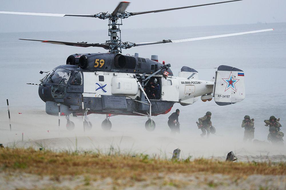 Морские пехотинцы Балтийского флота высаживаются с вертолета Ка-27 ПС на необорудованное побережье условного противника во время военных учений.