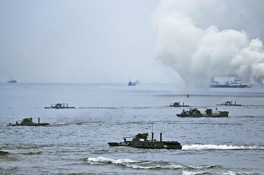 Учения Балтийского флота по высадке десанта с моря на необорудованное побережье условного противника.