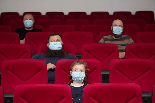 В кино снова можно, но осторожно.