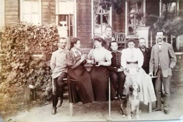 Семья Умовых. Фотография была сделана в 1900 или 1901 гг. в поместье Умовка Спасского уезда Симбирской губернии.