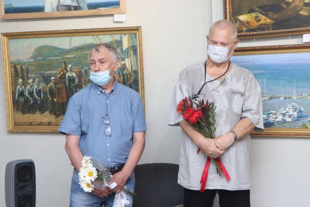 Евгений Фомин (слева) и Александр Шалагин принимают поздравления.