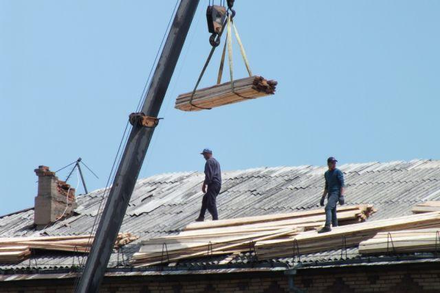 Крыши чинят по мере возможностей города.