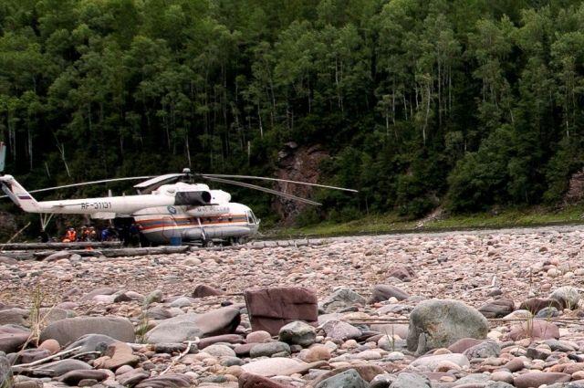 В спасательной операции были задействованы 13 человек, 4 единицы техники и вертолет.