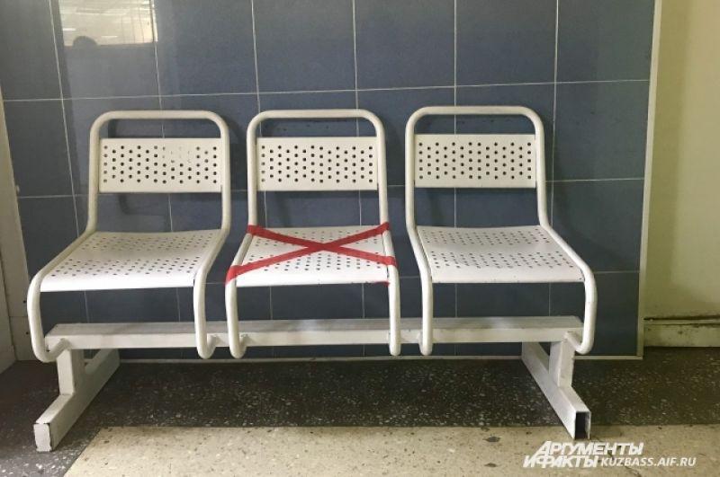 В общественных местах стали ограничивать тесное «соседство» людей и закрывать лентами сиденья, чтобы соблюдать социальную дистанцию.