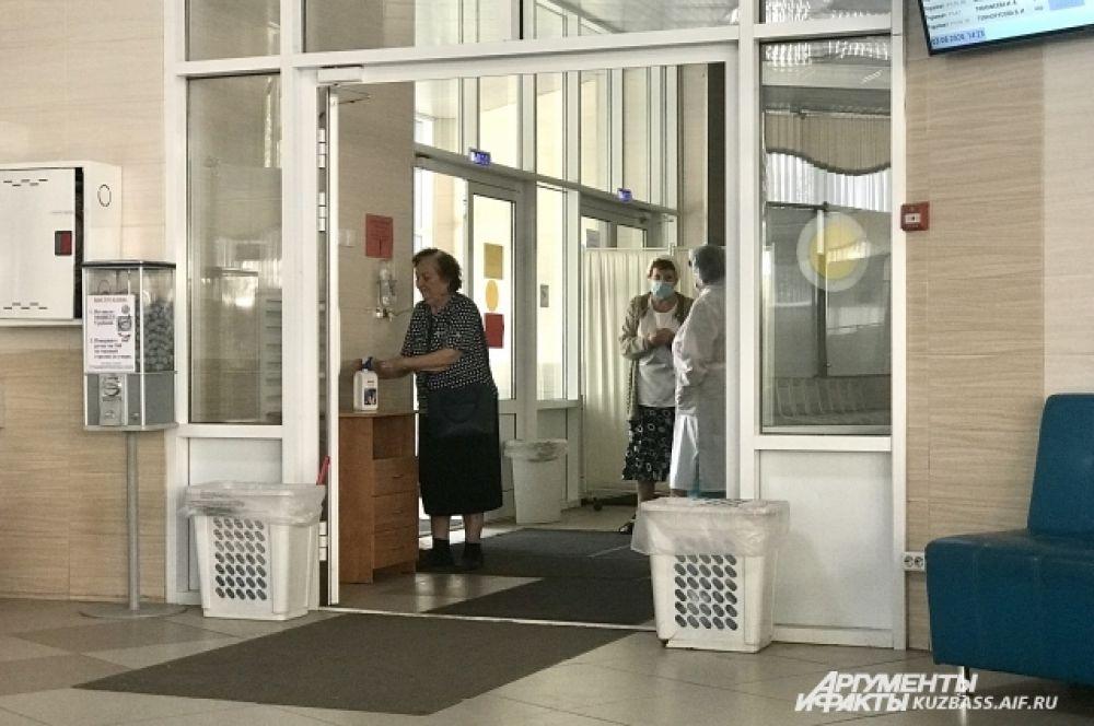 На входе в медицинские учреждения у людей мерят температуру бесконтактным термометром. Если она есть и высокая, могут отправить домой вызывать врача на дом.