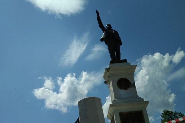 Оренбуржцам объяснили, почему «маленький Ленин» все еще не в сквере.