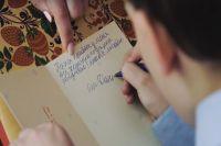 Волонтеры передают заключенным поздравительные открытки и фотографии от детей.