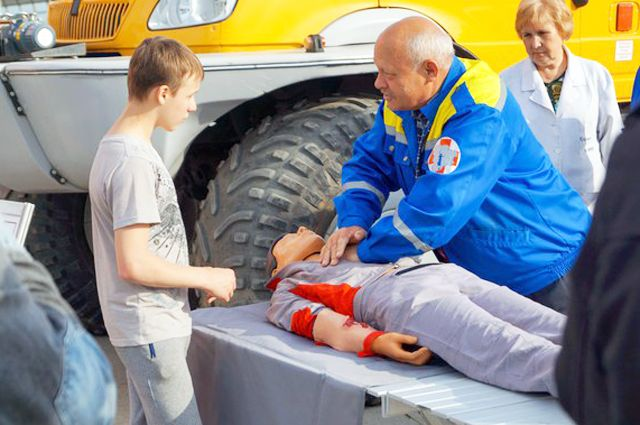 Работники центра обучают приёмам первой медицинской помощи.