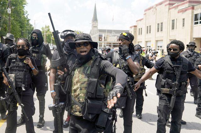 Чернокожее ополчение в г. Луисвилл, штат Кентукки. Самый большой прирост продаж оружия за последние месяцы пришёлся на афроамериканцев.