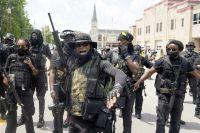 Чернокожее ополчение в г. Луисвилл, штат Кентукки. Самый большой прирост продаж оружия за последние месяцы пришёлся  наафроамериканцев.