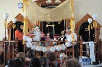 Интерактивная свадьба. Во время женитьбы жених и невеста встают под хупу – балдахин на четырёх шестах. Хупа символизирует дом, очаг, благополучие.