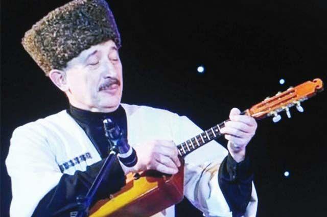Владимир Тайсаев играет на национальном инструменте дала-фандыре.