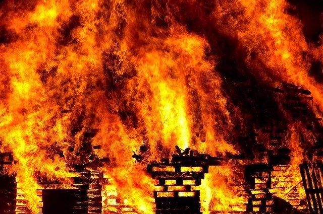 В пожаре пострадал мужчина, он получил сильные ожоги.