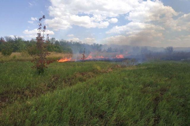 В Оренбурге 50 человек тушат пожар в Ростошах-3.