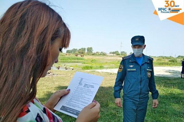 Возле тюменских водоемов сотрудники МЧС проводят профилактические рейды