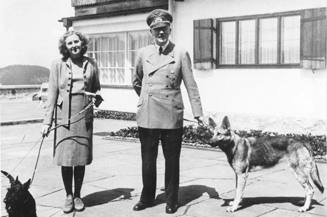 Адольф Гитлер и Ева Браун с собаками.