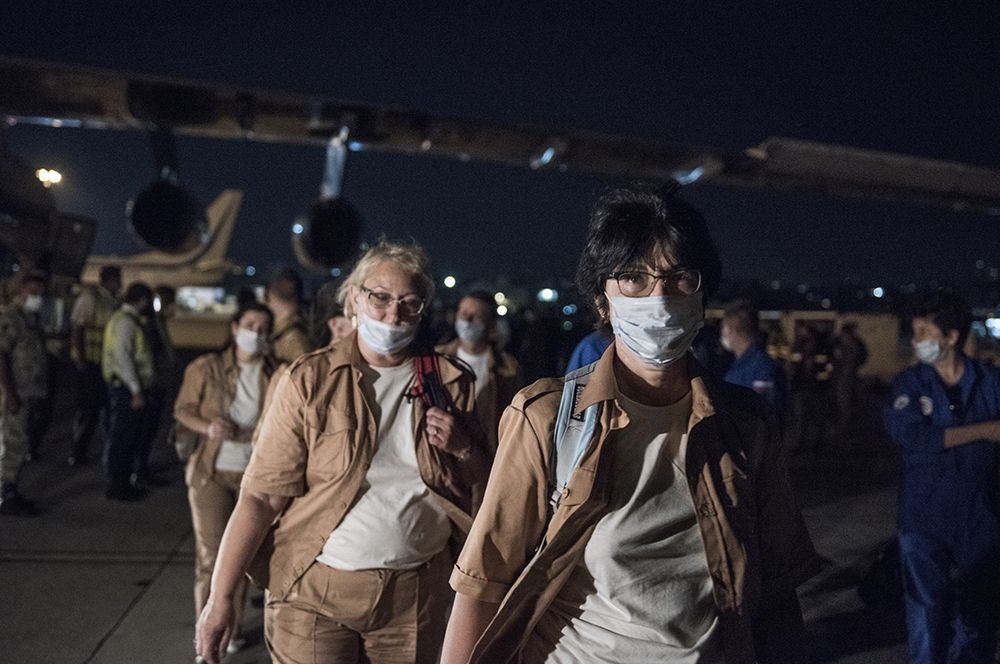 Сотрудники МЧС РФ в аэропорту Бейрута.