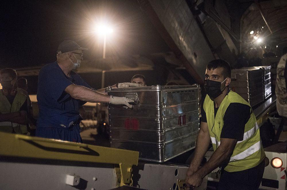 Выгрузка оборудования из самолета ИЛ-76 МЧС РФ в аэропорту Бейрута.