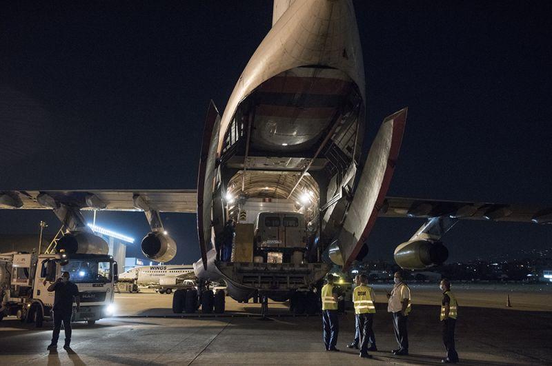 Выгрузка техники из самолета ИЛ-76 МЧС РФ в аэропорту Бейрута.