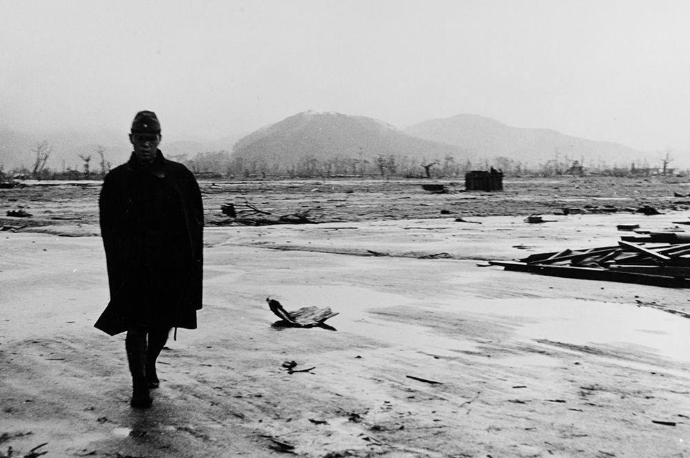 Японский солдат идет сквозь руины Хиросимы (снимок сделан в сентябре 1945 года)