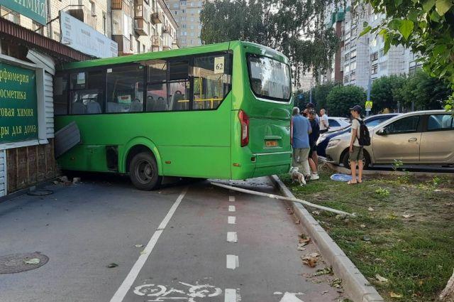 В ДТП с участием маршрутного такси в Тюмени пострадали шесть человек