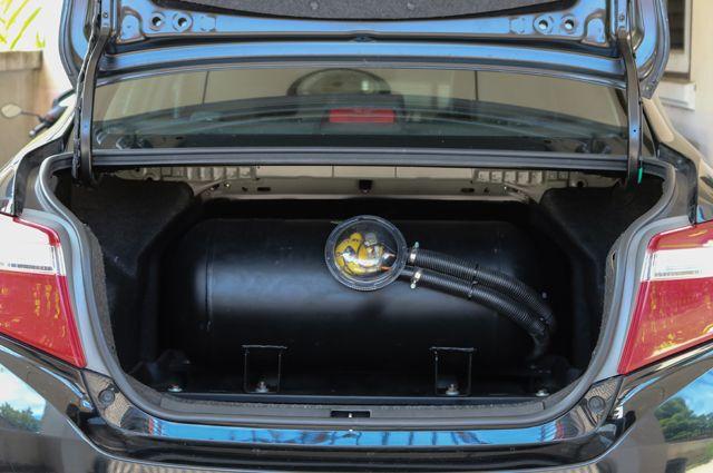 Автомобиль с установленным газобаллонным оборудованием.