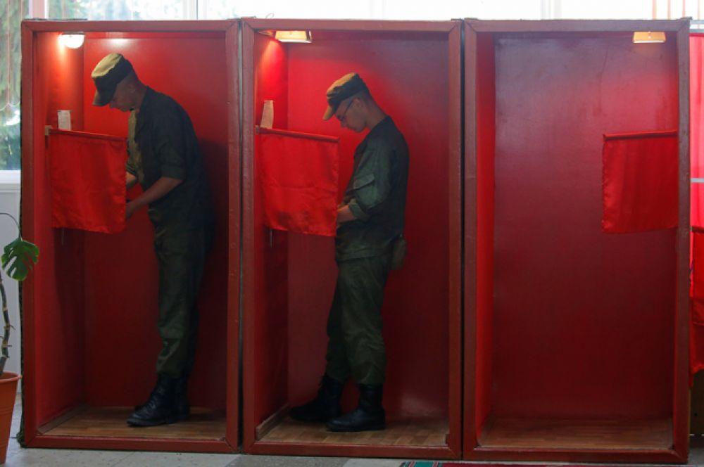 Белорусские военнослужащие на избирательном участке во время президентских выборов в Минске.