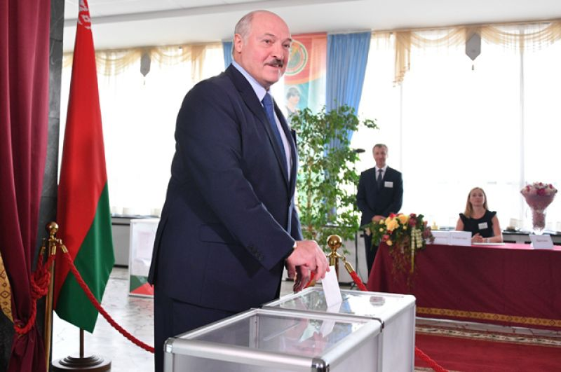 Президент Белоруссии Александр Лукашенко голосует на выборах.