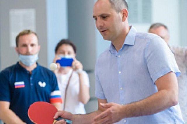 В День физкультурника Денис Паслер сыграл в настольный теннис.