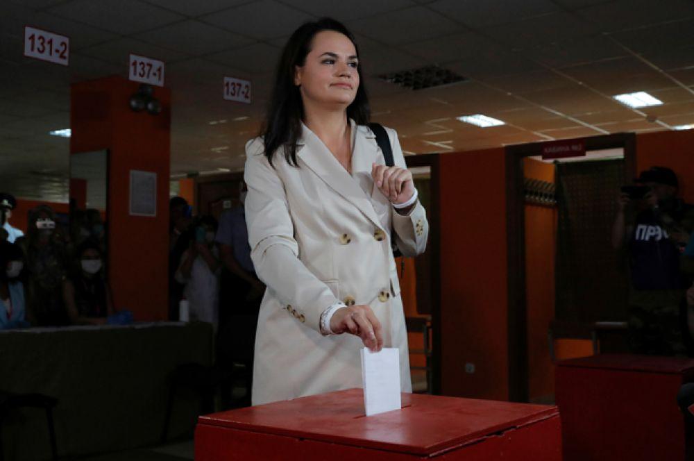 Кандидат от Белорусской объединенной оппозиции Тихановская посетила избирательный участок.