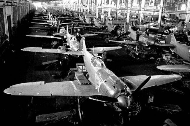 Сборка военных самолётов, 1943 год.