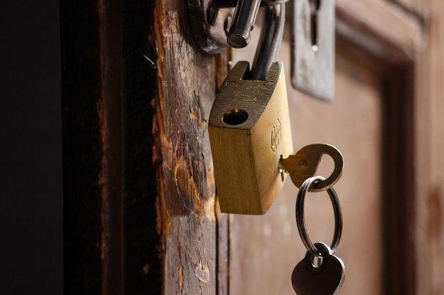 Аферисты переписали квартиру на другого собственника.