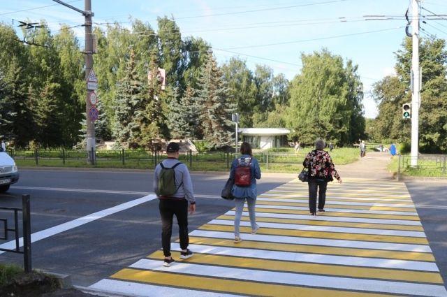 К переходу сделаны безопасные подходы, установлены дорожные знаки, на светофоре смонтирована дополнительная секция для пешеходов, нанесена двухцветная разметка.