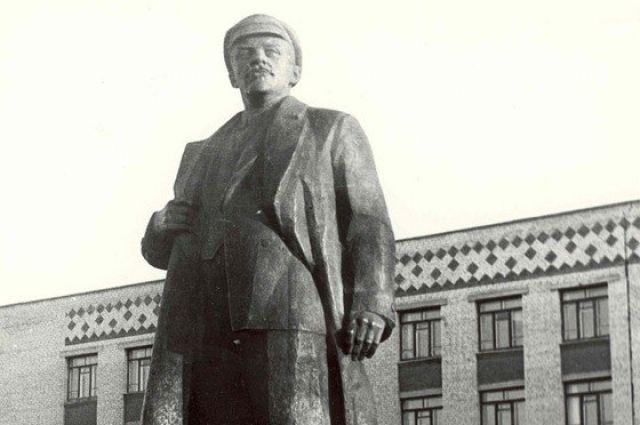 Еще 20 лет назад Владимир Ленин украшал площадку перед домом правительства ХМАО