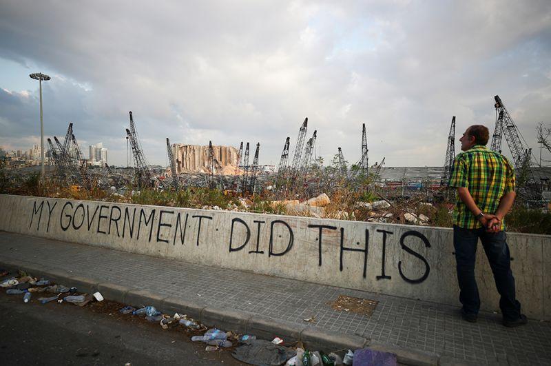 Граффити в районе разрушенного порта Бейрута, где прогремел взрыв.